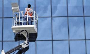 Мытье окон в высотных зданиях
